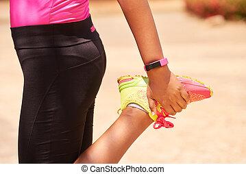 ung kvinna, sports, sträckande, användande, fitwatch, steg, disk