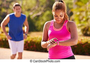 ung kvinna, sportutbildning, fitness, fitwatch, steg, disk
