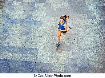 ung kvinna, spring, in, innerstad