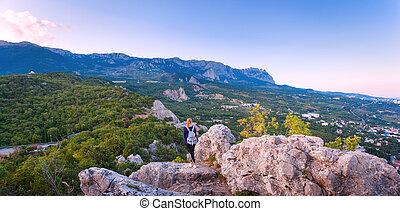 ung kvinna, stående, på, den, bergstopp, hos, solnedgång