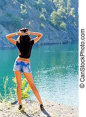 ung kvinna, stående, på, den, kust, av, a, fjäll, flod