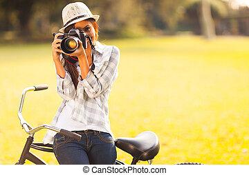ung kvinna, tagande fotografi, utomhus