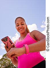 ung kvinna, tillsluta, fitness, ur, fitwatch, med, ringa