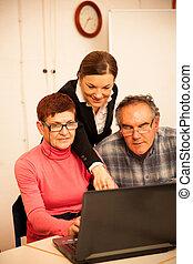 ung kvinna, undervisning, elderly kopplar ihop, av, dator, skills., intergenerational, överlåta, av, knowledge.