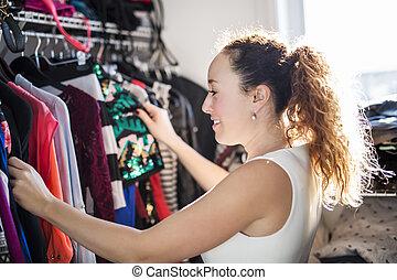 ung kvinna, välja, en, utrustning, till, wear.