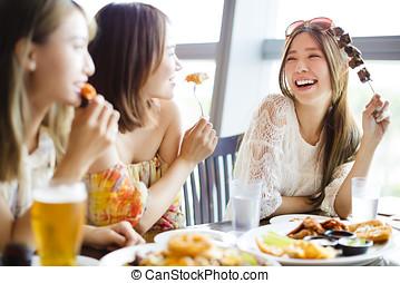 ung kvinna, vänner, avnjut, måltiden, in, den, restaurang