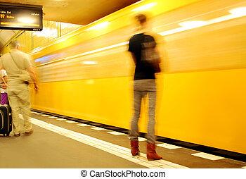 ung kvinna, väntan, för, den, apelsin, berlin, metro, tåg