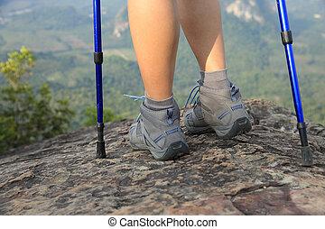 ung kvinna, vandrare, tycka om, den, synhåll, hos, bergstopp