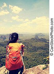 ung kvinna, vandrare, tycka om, den, synhåll, hos, bergstopp, klippa