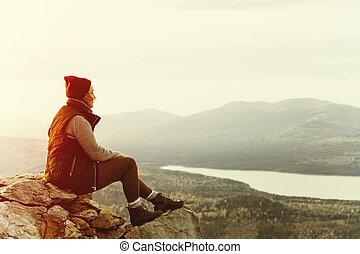 ung kvinna, vandrare, tycka om, den, synhåll, hos, kust, fjäll, peak.