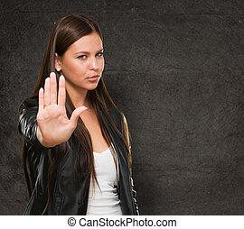 ung kvinna, visande, stopp, hand rörelse