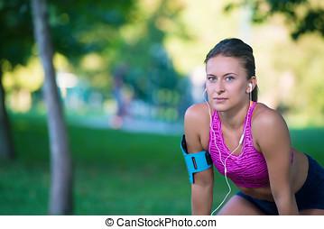 ung, kvinnlig, gångmatta, är, ha, paus, och, avlyssna musik, under, den, springa, in, stad, på, a, kaj