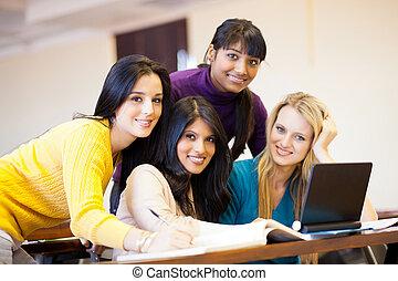 ung, kvinnlig, högskola studerande, användande laptop, in, klassrum