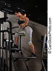 ung, latino, kvinna, framställ, i idrottshallen