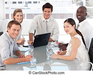 ung, mång-, culutre, affärsverksamhet lag, på arbete