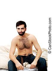 ung man, bed., sittande