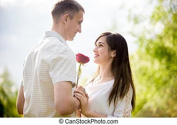 ung man, ge sig, blomningen, till, flickvän