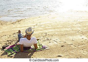 ung man, lägga på stranden