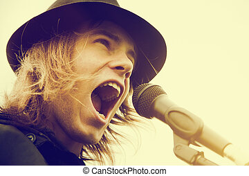 ung man, med, långt hår, och, hatt, skrikande, till, microphone., årgång, musik