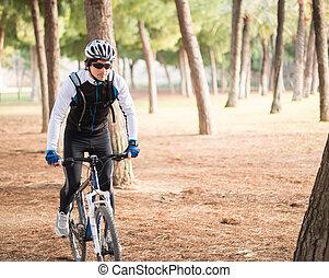 ung man, ridning cykel