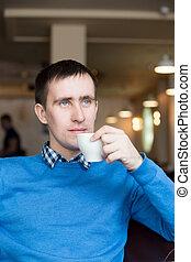 ung man, supande kaffe