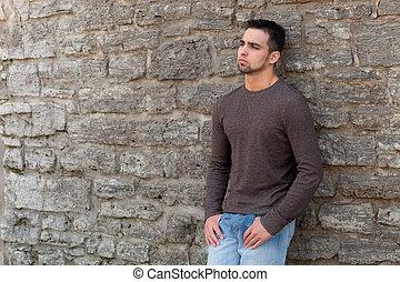 ung man, utanför