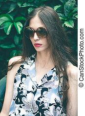 ung, mode, womanstående, med, solglasögon, in, trädgård