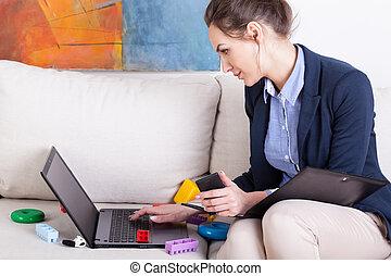 ung, mor, användande laptop, till arbeta, hemma