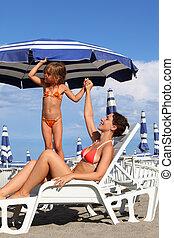 ung, mor, lögnaktig, på, lätting, under, strand, umbrella.,...