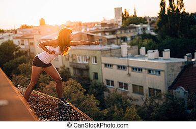 ung, nätt, kvinna, utbildning, krigs konster, på, taktopp