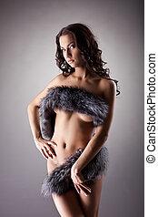 ung, naken kvinna, stå, avslappnad, in, pälsfodra