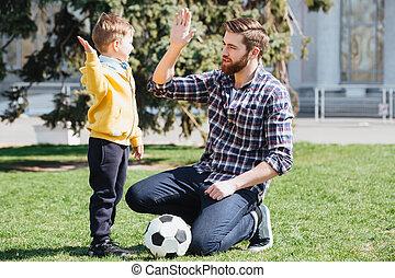 ung pappa, och, hans, litet, son, ge sig, höjdpunkt fem