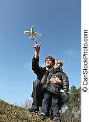 ung pappa, och, son, leka, med, leksak hyvla, utomhus