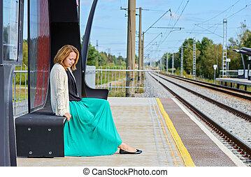 ung pige, siddende, på, den, jernbane station