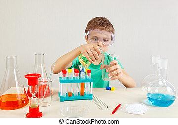 ung pojke, in, säkerhetsgoggles, gör, kemisk, prov, in, laboratorium