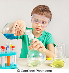 ung pojke, in, säkerhetsgoggles, studierna, kemisk, praktik, in, laboratorium