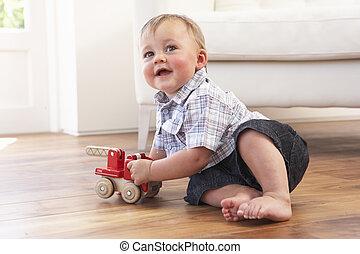 ung pojke, leka, med, trä leksak bil, hemma