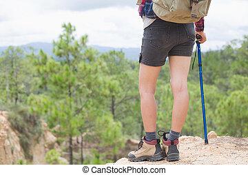 ung, resande, med, ryggsäck, stående, på, den, fjäll, kvinna, vandrare, på, a, topp, av, a, fjäll