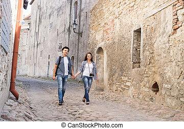 ung, resor, par, ha, a, medeltida, gå, på, en, gammal, gata, med, tegelpanna, road.