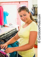 ung, shopper, chooses, t-tröja, in, den, lager