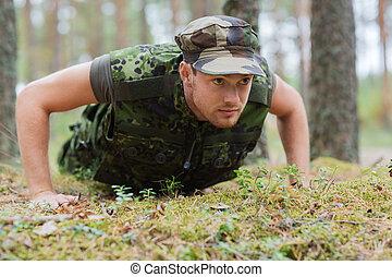 ung, soldat, eller, skogvaktare, görande push-ups, in, skog
