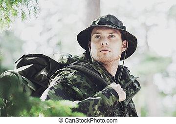 ung, soldat, med, ryggsäck, in, skog
