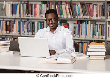 ung, student, användande, hans, laptop, in, a, bibliotek