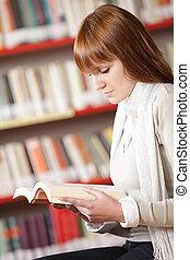 ung, studerande läsa, in, a, bibliotek