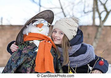 ung, uppe, snögubbe, nära, flicka, lycklig