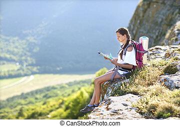 ung, vacker, flicka, med, a, ryggsäck, på, henne, baksida, studera, a, mamma