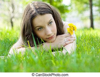 ung, vacker, tonåring, med, maskros, på, gräsmatta