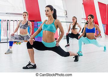 unga kvinnor, tagande, grupp, fitness, klassificerar, gör, utfall, in, nymodig, sports, klubba
