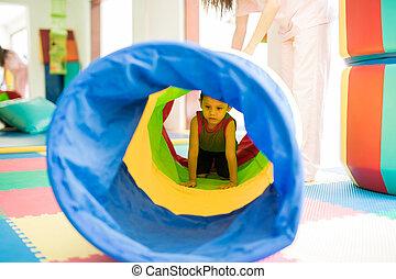 unge, ålning, genom, a, tunnel