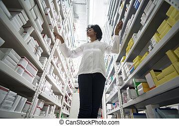 unge, kvindelig, apoteker, ordne, aktie, ind, hylder, hos, apotek